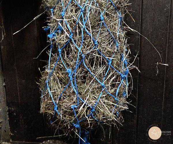 filet à foin DIY avec des cordes à ballot de paille