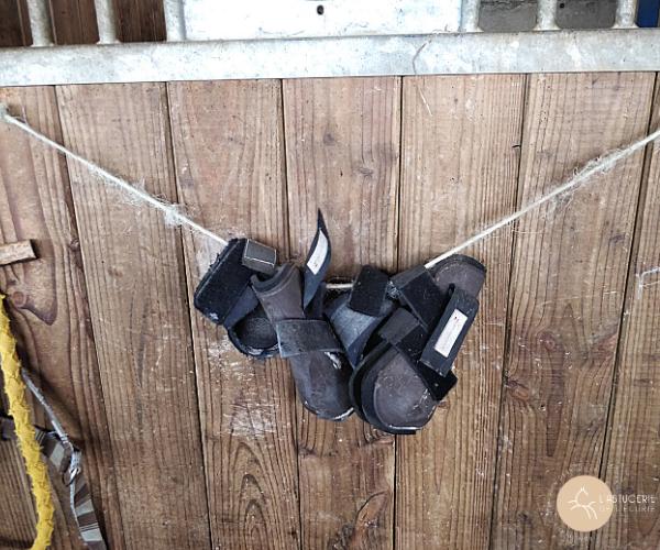 ficelle pour pendre les protections du cheval porte de box