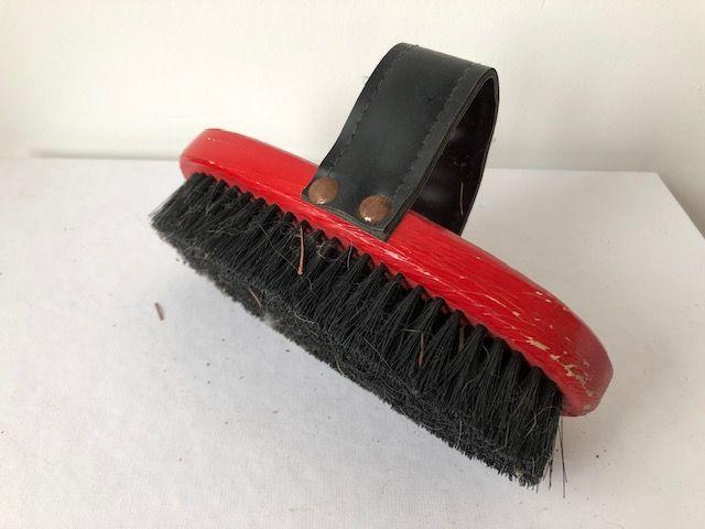 brosse bois rouge pour les chevaux