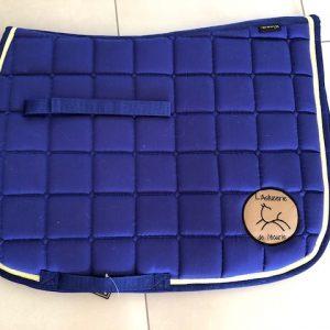 tapis bleu brodé